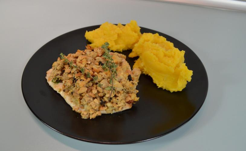 Kartoffel-Kürbispüree an Putenbrust mit Nusskruste